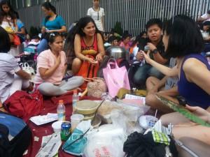 在匯豐銀行前與菲律賓團體見面