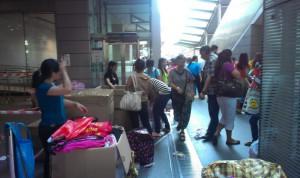 十多年來,菲傭都是在環球廣場外整理包裹寄回家鄉